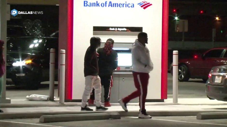 Cajero automático \'enloquece\' y entrega billetes de US\$100 por error — MUNDO